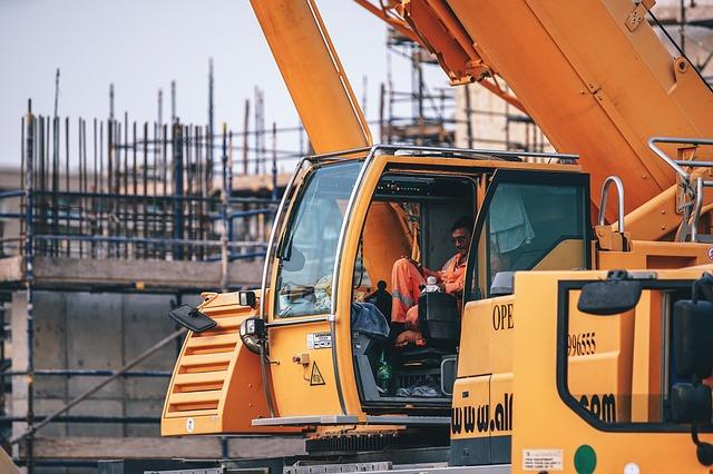 praca budowa, operator maszyny